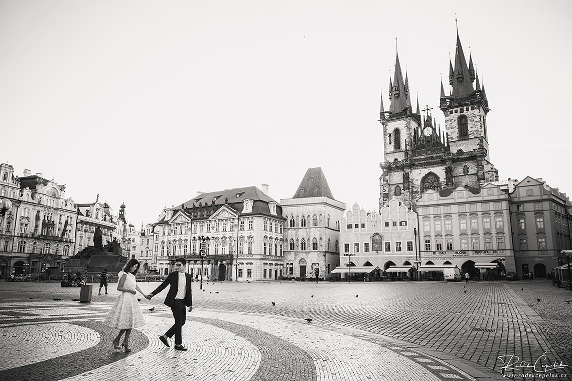 prewedding in Prague old town square