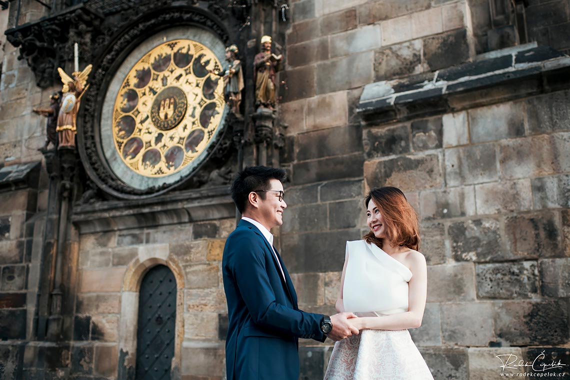 Prague prewedding photography astronomical clock orloj