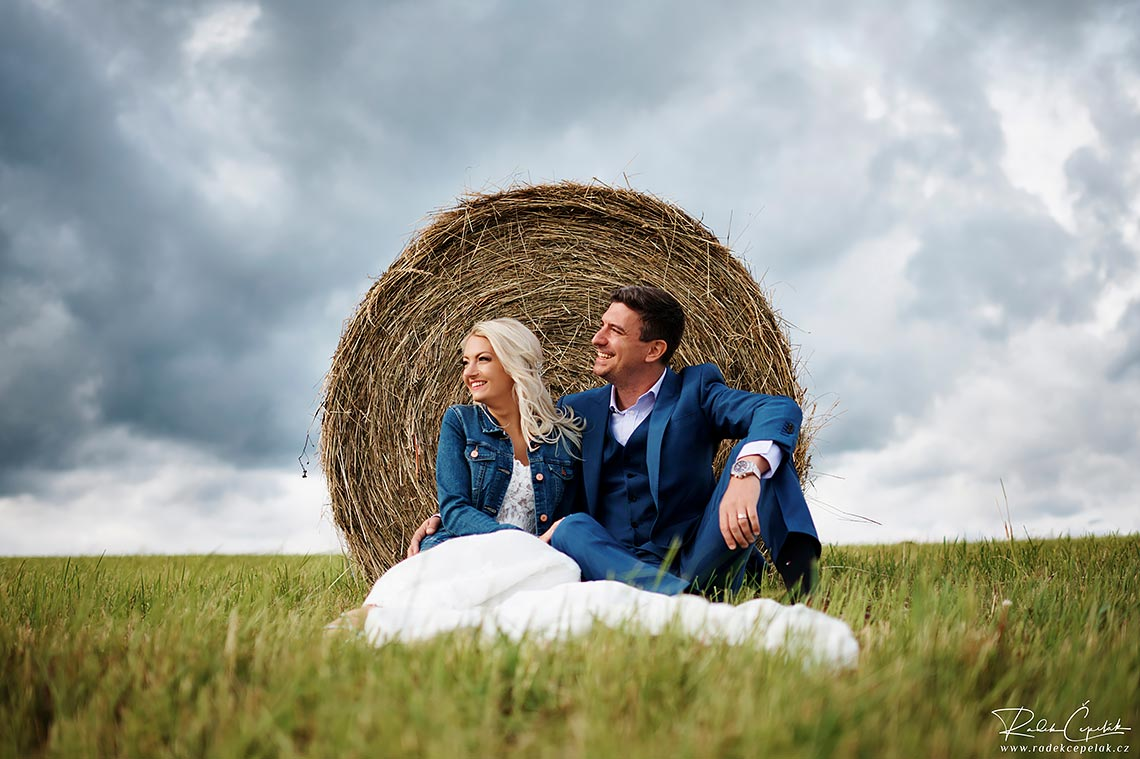 wedding photography in czech country side Hejtmankovice barn