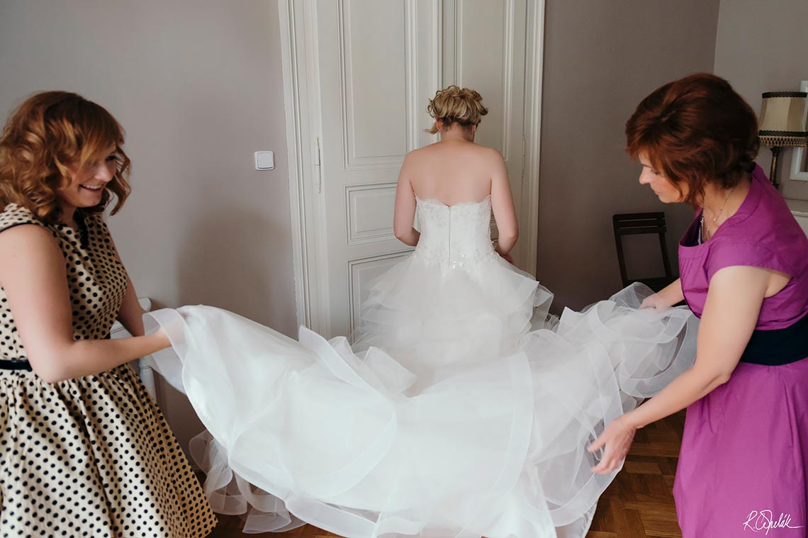 bride getting ready, putting dress on