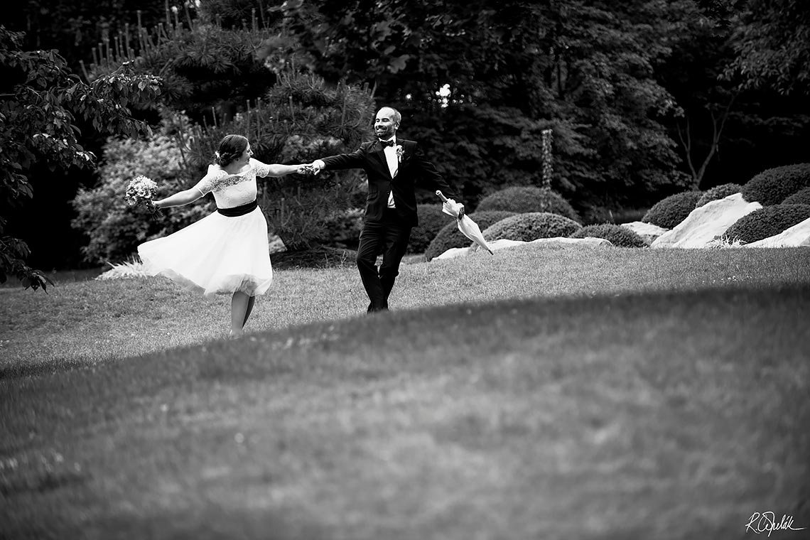 free time of bride and groom in the botanical garden in Prague