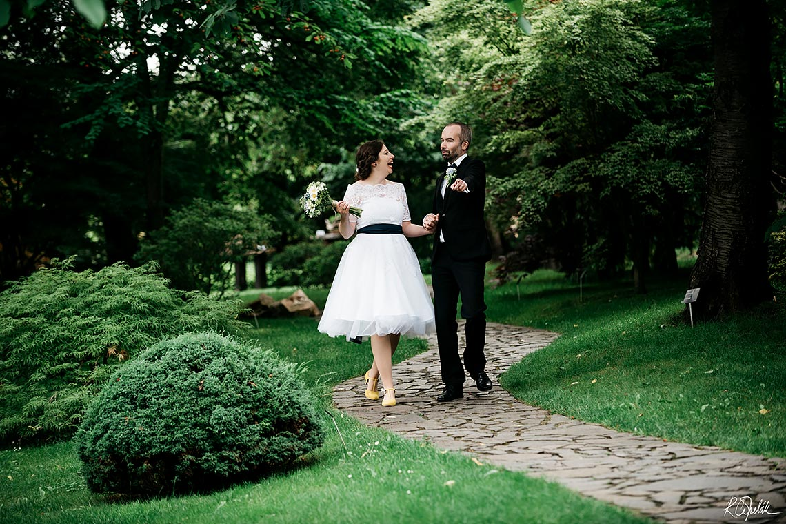 bride and groom photo session in the botanical garden in Prague