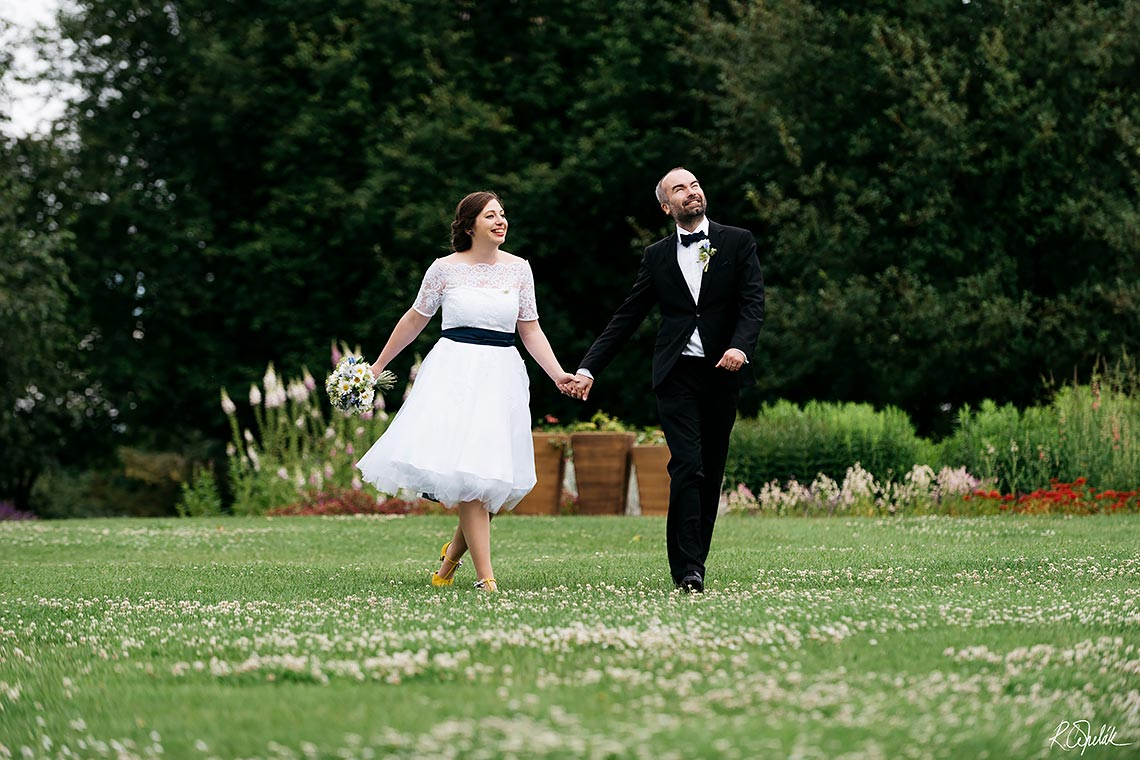 bride and groom photo session in botanical garden in Prague