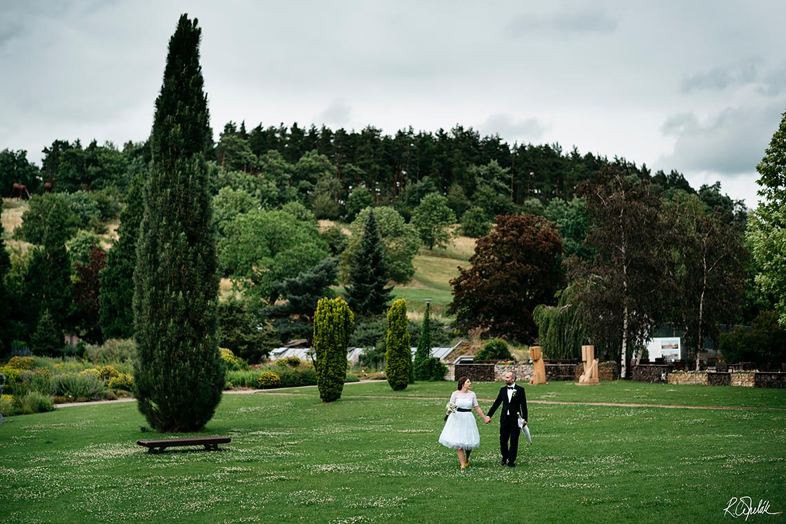 wedding in botanical garden in Prague