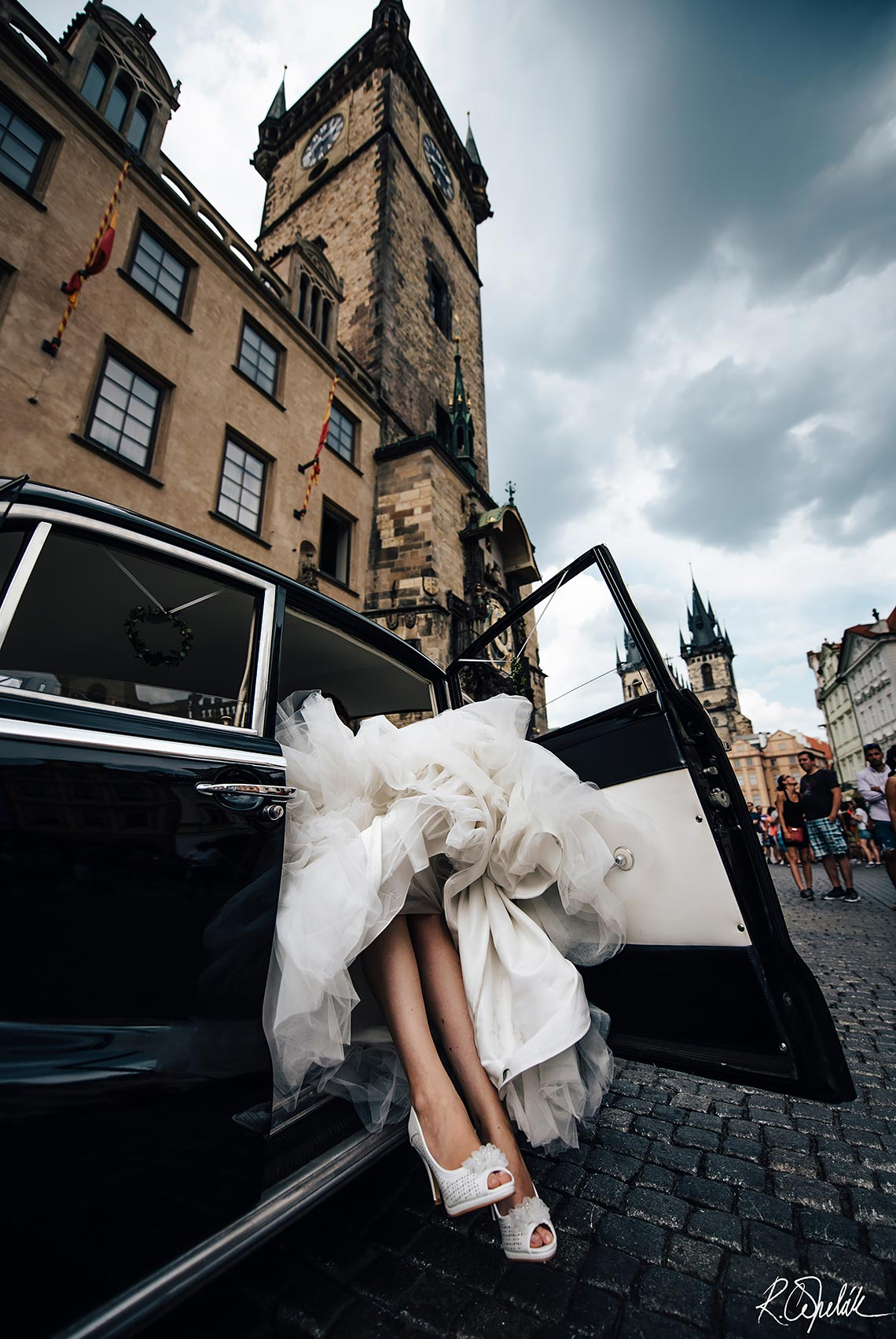 wedding at Prague, bride getting off the car